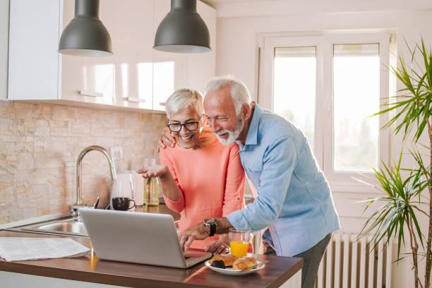 senior couple on skype with grandchildrens - skype imagens e fotografias de stock