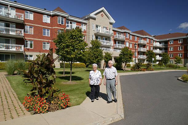 altes paar walking im freien - seniorenwohnungen stock-fotos und bilder