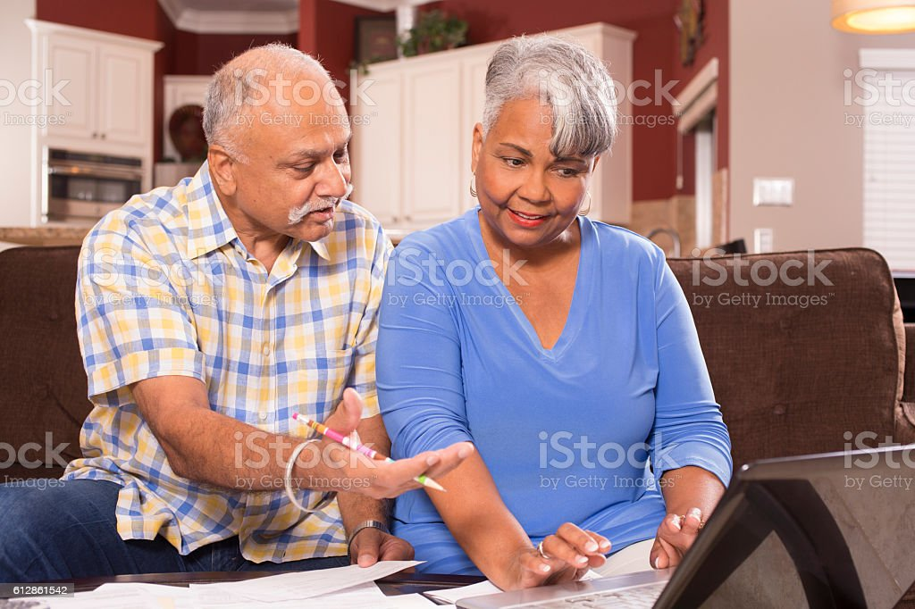 Senior couple paying monthly bills at home. - foto stock