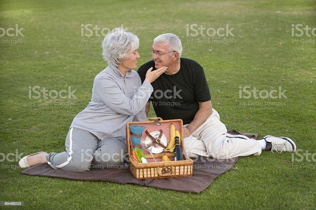 Starsza para Piknik zbiór zdjęć royalty-free