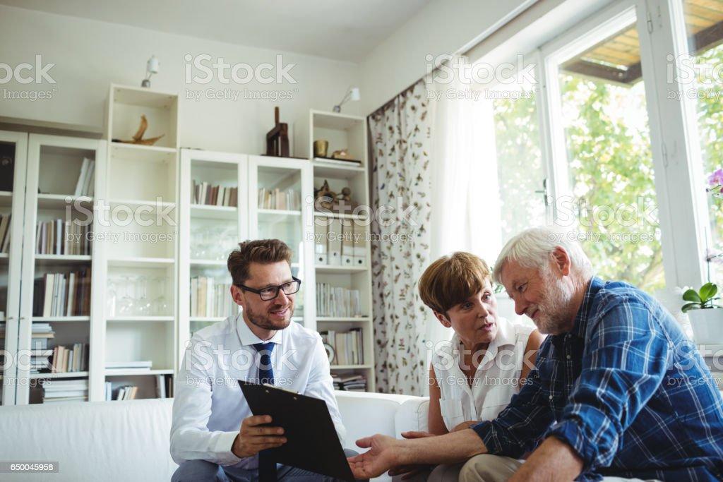 Älteres paar planen ihre Investitionen mit Finanzberater – Foto