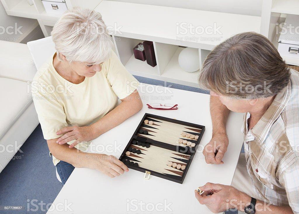 Senior Couple jouer au Backgammon - Photo
