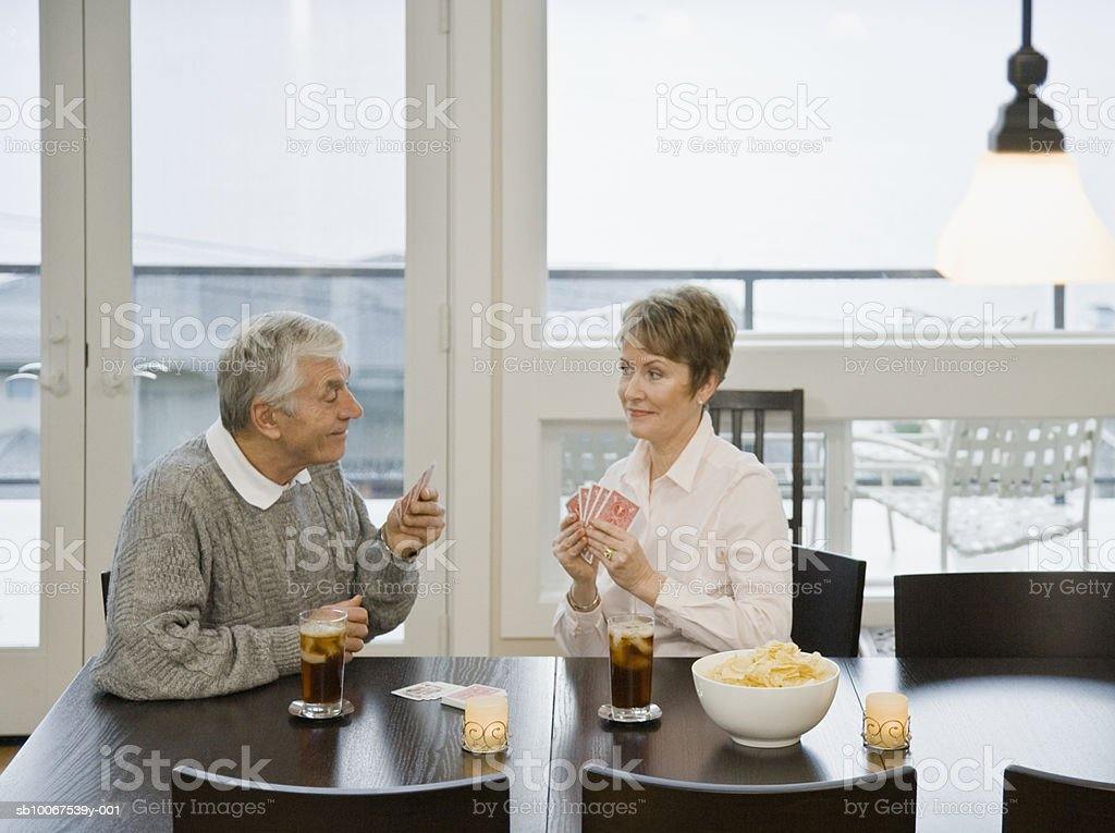 Senior couple playing cards at dining table foto royalty-free