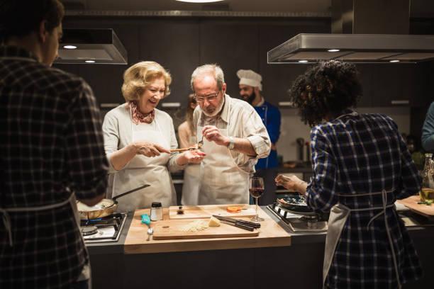 Senior-Paar bereitet Mahlzeit zu – Foto