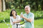 年配のカップルのサイクリングマシン