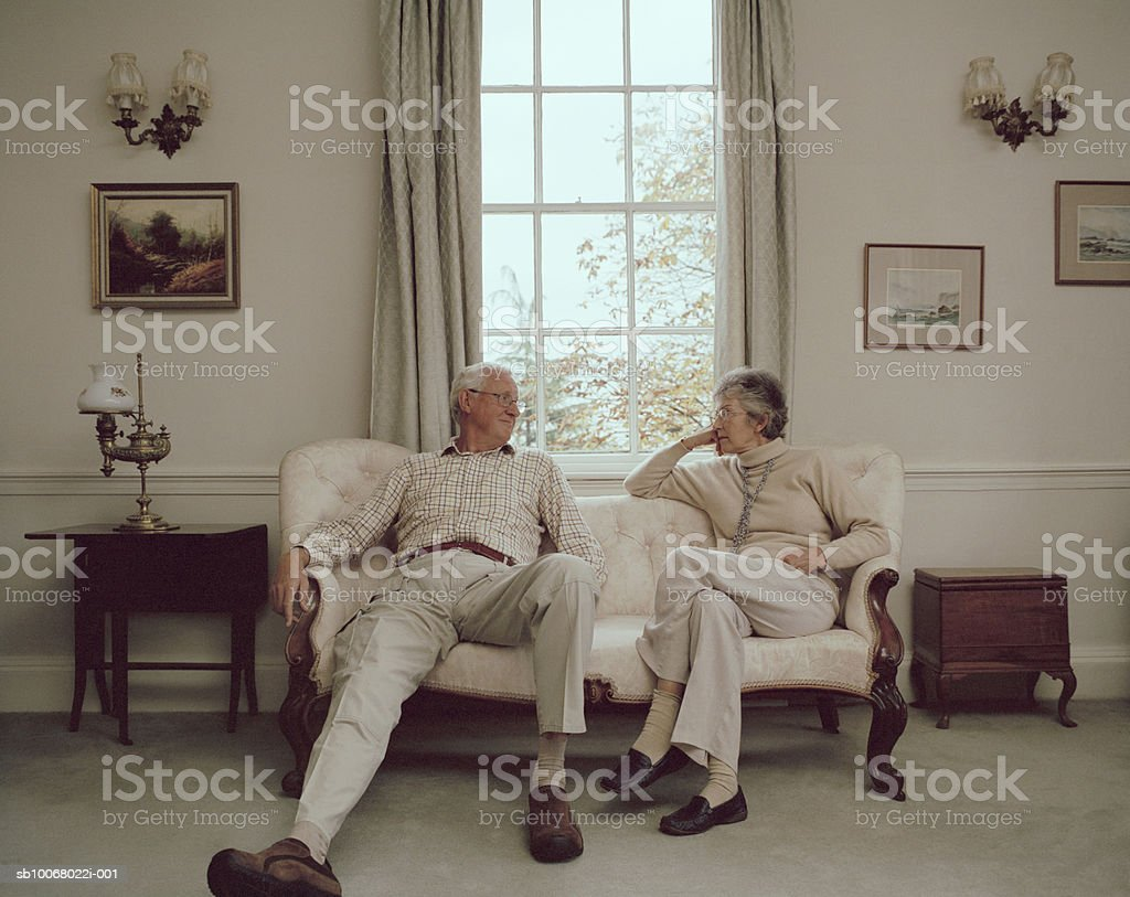 Senior couple sitting on sofa foto royalty-free