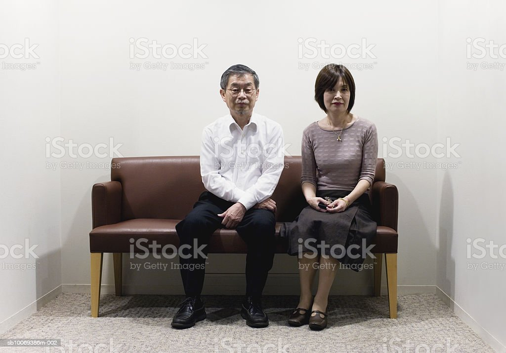 Senior couple sitting on sofa, portrait Lizenzfreies stock-foto