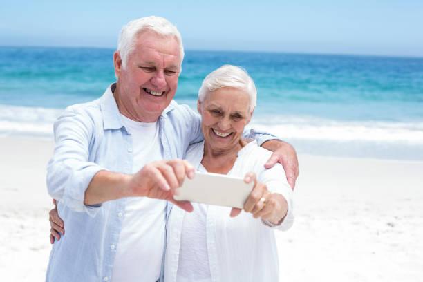 altes paar, die ein selfie - senior bilder wasser stock-fotos und bilder