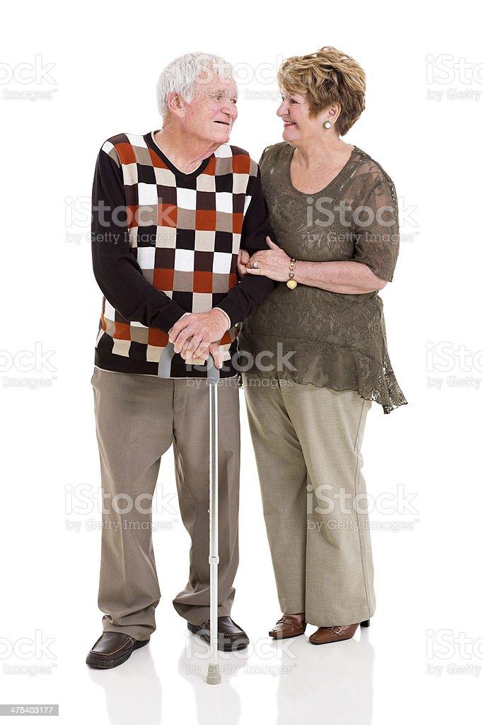 senior par hablar con los demás - foto de stock