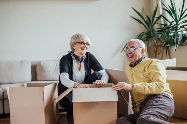 äldre par uppackning pappkartonger - flyttlådor bildbanksfoton och bilder