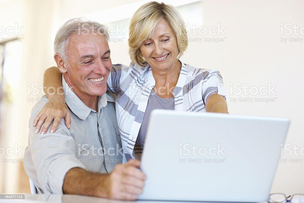 Altes Paar mit laptop und Lächeln – Foto
