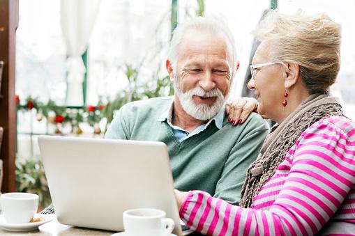 Altes Paar Mit Laptop Stockfoto und mehr Bilder von 60-64 Jahre
