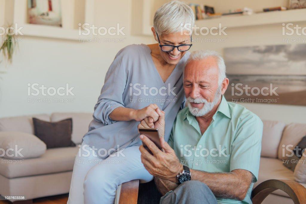 Senior par mediante teléfono móvil foto de stock libre de derechos