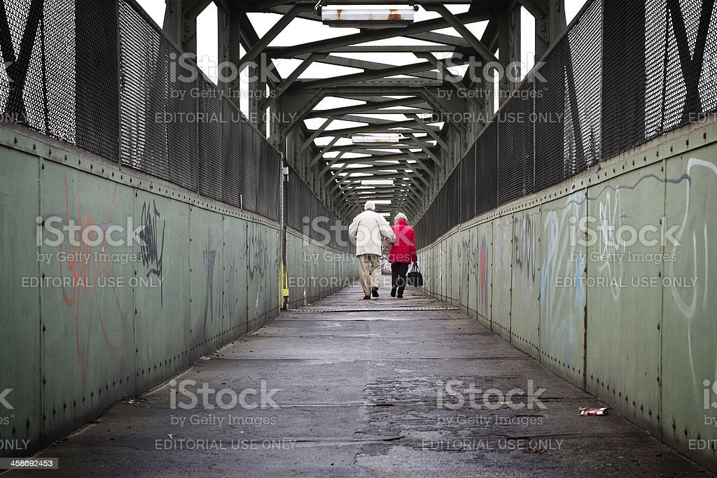 Altes Paar walking auf einen Zug-Brücke – Foto