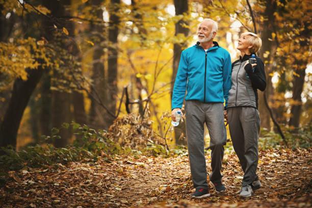 Senior Paar zu Fuß in einem Wald. – Foto