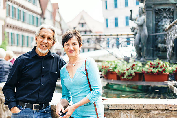 senior paar beim gehen durch die straßen tübingen, deutschland - sommerferien baden württemberg stock-fotos und bilder
