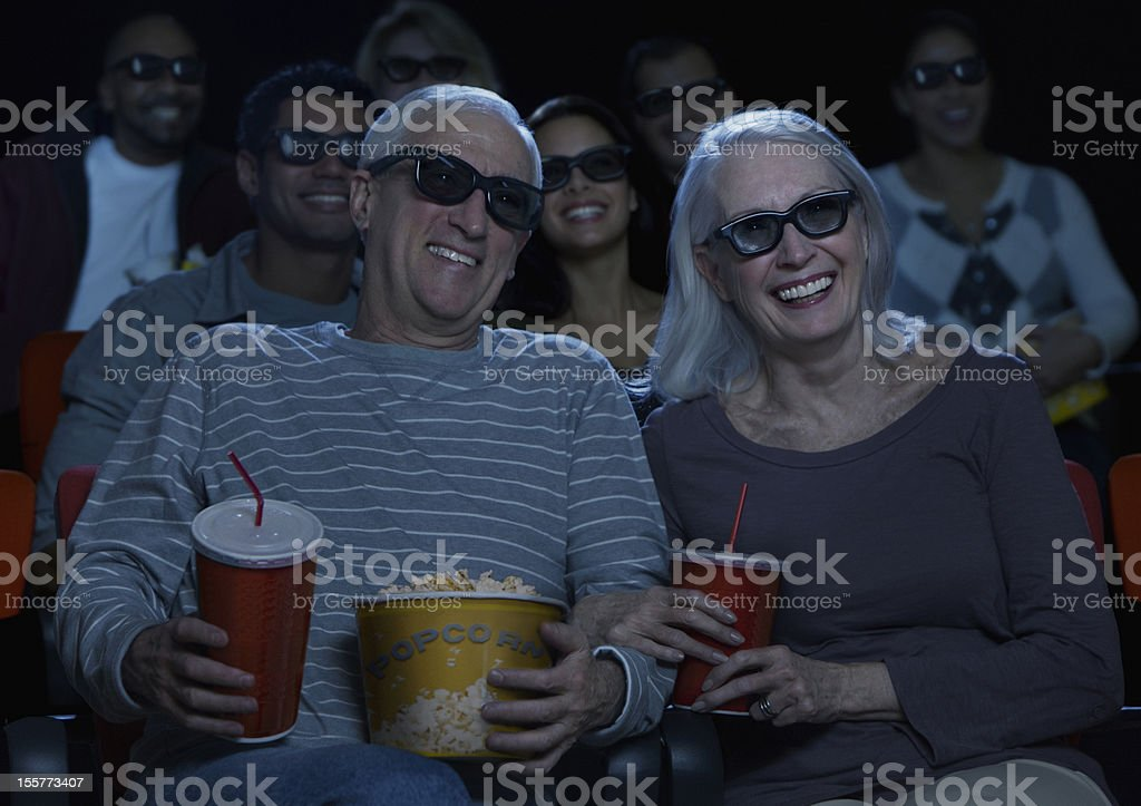 couple Senior en regardant un film en 3D - Photo