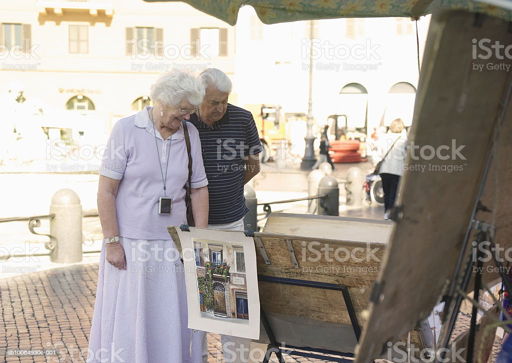 Senior couple watching paintings royalty free stockfoto