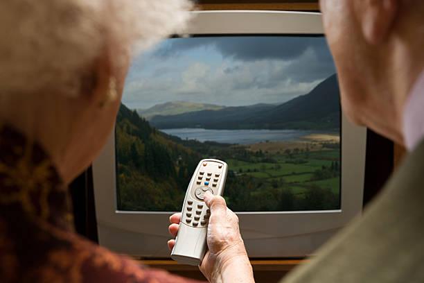 altes paar beobachten fernseher - alte serien stock-fotos und bilder