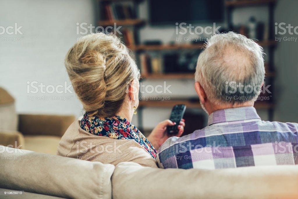 Senior pareja viendo televisión - foto de stock
