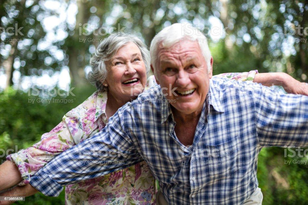 Couple de personnes âgées avec les bras tendus en levant photo libre de droits