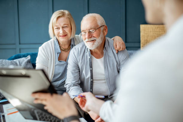 Seniorenpaar mit Berater im Büro – Foto