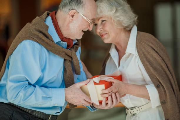 Älteres Paar mit Geschenk – Foto