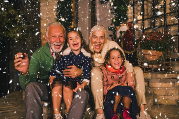 senior paar met kleindochters - family winter holiday stockfoto's en -beelden