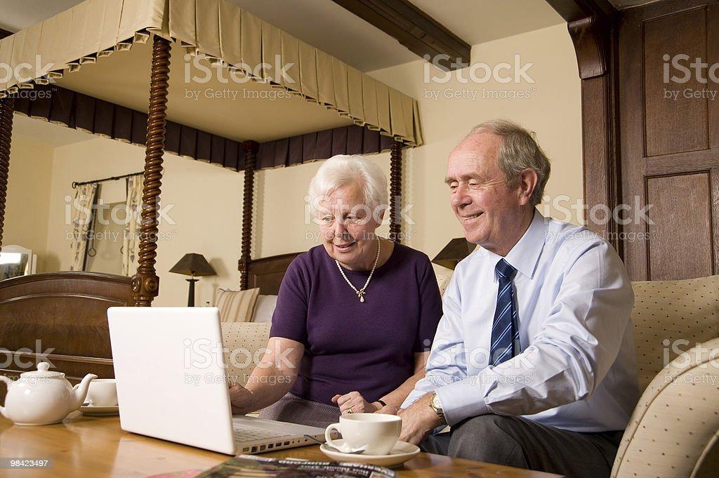 Coppia Senior con laptop foto stock royalty-free