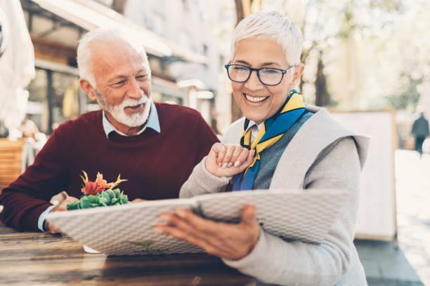 älteres paar mit menü - brille bestellen stock-fotos und bilder
