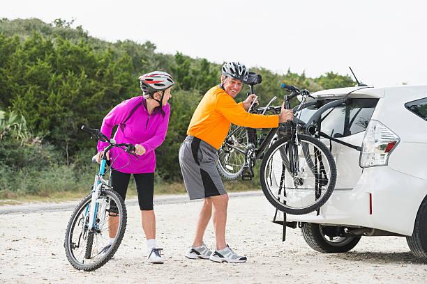 altes paar mit fahrräder - fahrradhalter stock-fotos und bilder