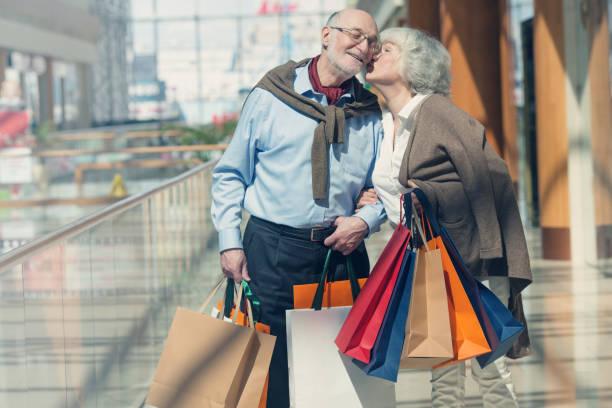 Älteres Paar mit Einkäufen – Foto