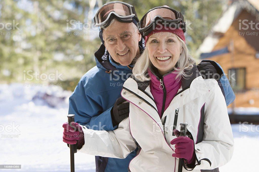 Altes Paar mit ski-Ausrüstung – Foto