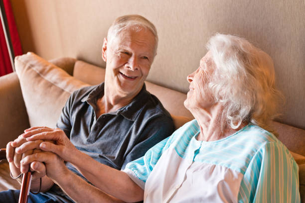 Seniorenpaar mit Wanderrohr auf Sofa – Foto