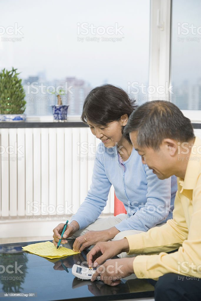 Senior couple working on home finances foto de stock libre de derechos
