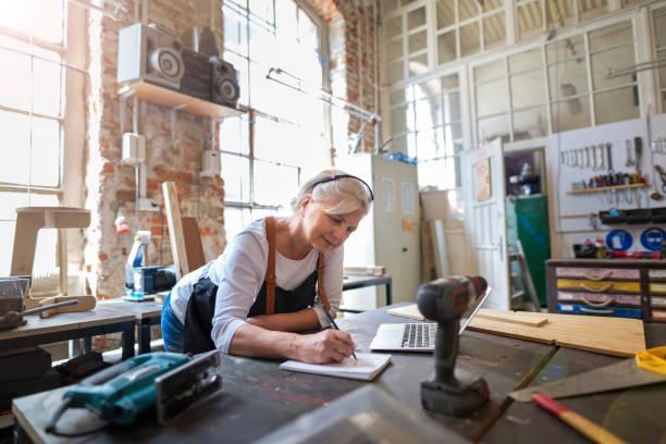 Senior Handwerkerin in ihrer Werkstatt – Foto
