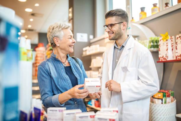 Senior Kundenberatung Medizin mit Apotheker – Foto