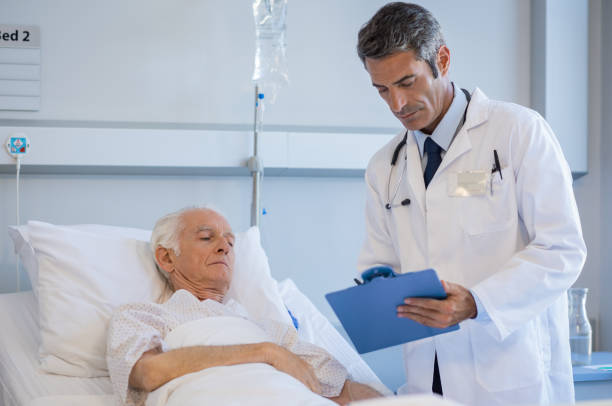 leitender arzt besuchen patienten - südafrikanische rezepte stock-fotos und bilder