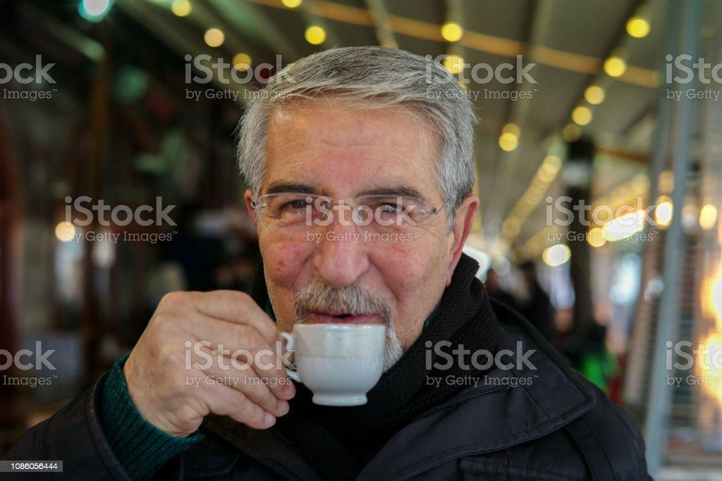 Kahve içme kıdemli stok fotoğrafı