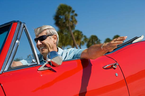 senior klassischen cabrio auto fahren - 1m coupe stock-fotos und bilder
