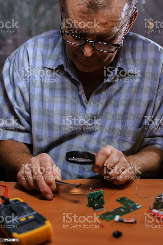 Senior electrician checking chips Lizenzfreies stock-foto