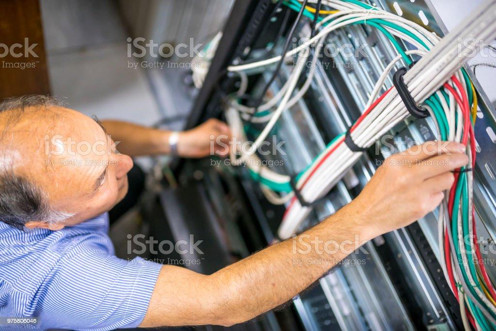 Leitender Ingenieur Kabel im Serverraum Check - Lizenzfrei 60-64 Jahre Stock-Foto