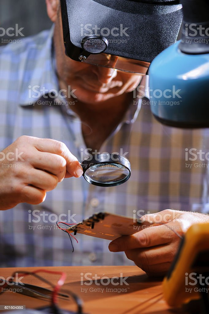 Senior engineer repairing computer board. foto stock royalty-free