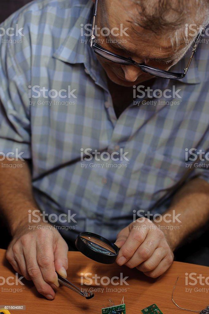 Senior engineer working with diodes Lizenzfreies stock-foto