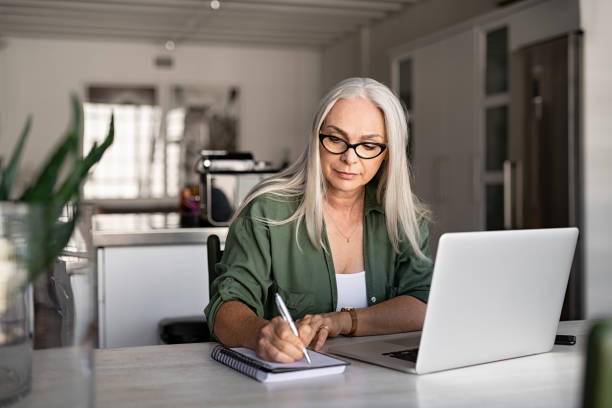senior fashionable woman working at home - reforma assunto imagens e fotografias de stock