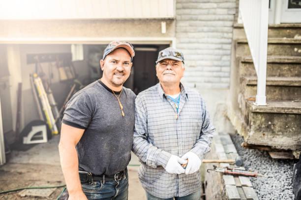 padre mayor y su hijo adulto renovar su casa - obrero de la construcción fotografías e imágenes de stock