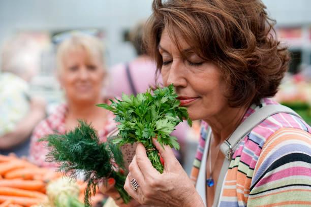 ledande kvinnliga vänner matinköp - food woman to smell bildbanksfoton och bilder