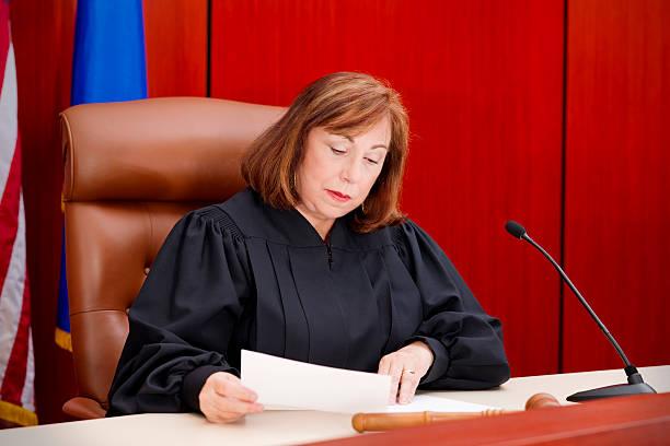 Senior weiblich Richter im the bench lesen Zeitung – Foto