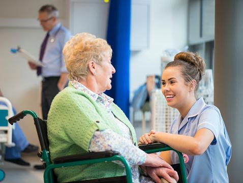 Senior Weibliche Patienten Im Krankenhaus Stockfoto und mehr Bilder von 70-79 Jahre