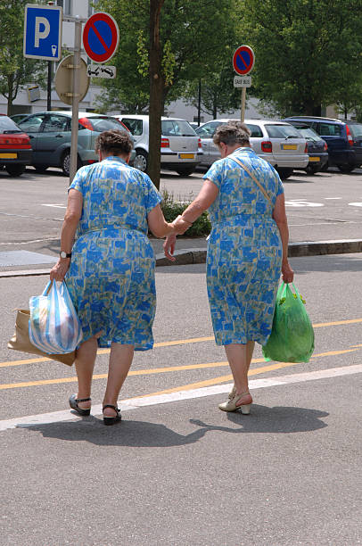 senior weiblich einzelbetten - siamesische zwillinge stock-fotos und bilder